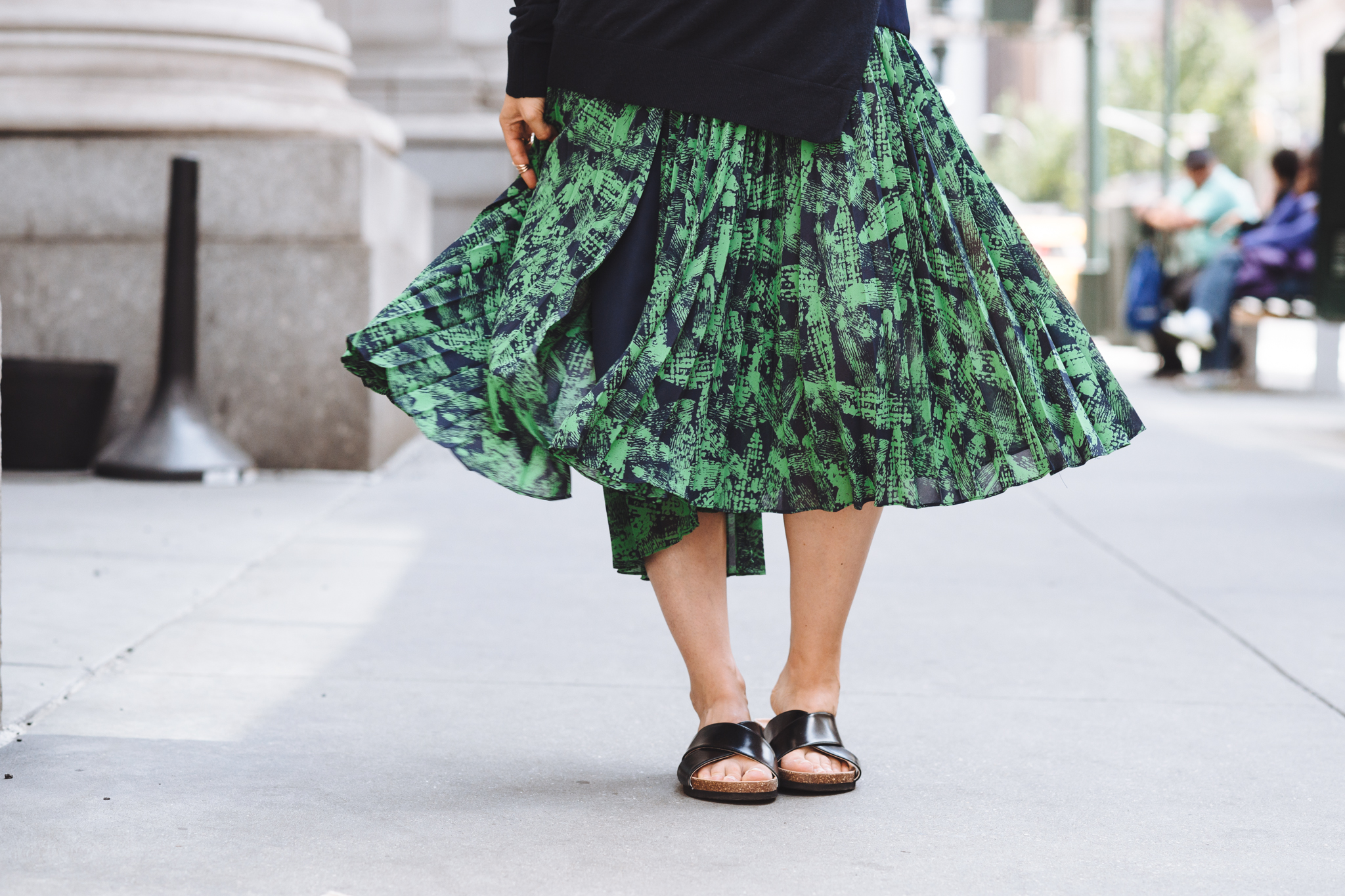 Pleated skirt & slides | THEFASHIONGUITAR
