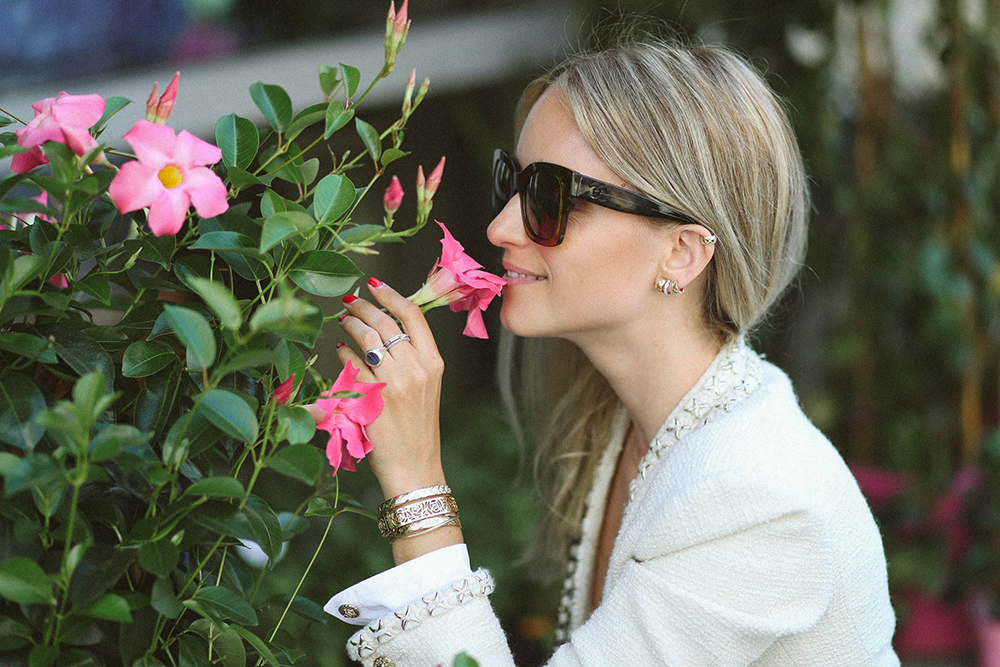 Charlotte Groeneveld from Thefashionguitar buying flowers in Paris wearing Chanel Coco Crush Jewelry
